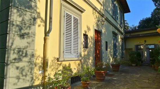 Casa di Mina: Afternoon sun on the  door