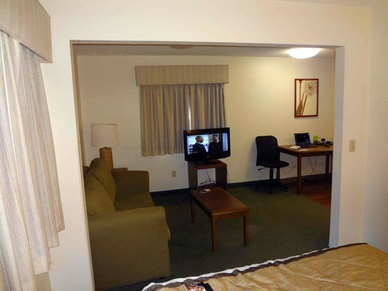 Extended Stay America - St. Louis - Westport - Craig Road : View of living area from bedroom
