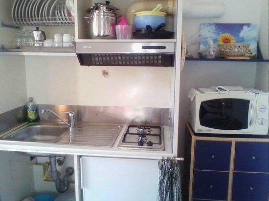 Residence Teclini: Кухня с посудой, чайника нет