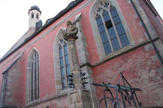 St. Johannis: Facciata e fontana