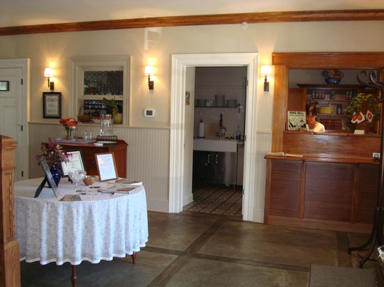 Springwater Bed & Breakfast: State Seal Spring Room Foyer