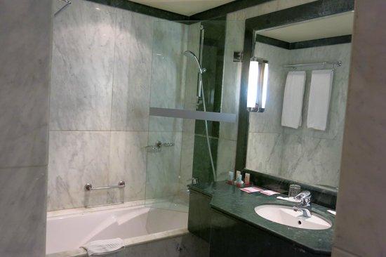 Ramada Fes: Bathroom