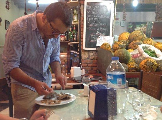 Oztoklu Restaurant : Fisken bliver ordnet