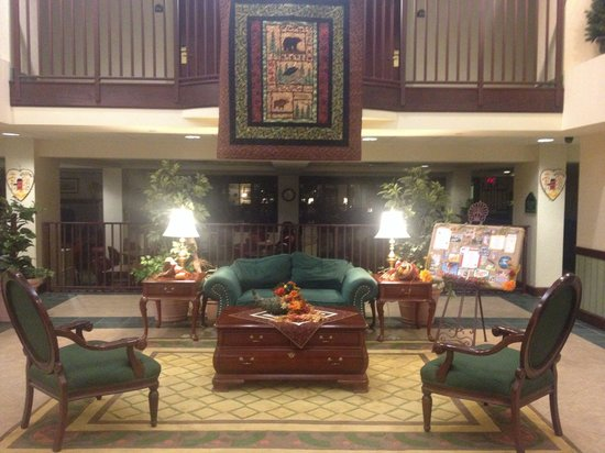 Wingate by Wyndham Lake George: Welcoming lobby...