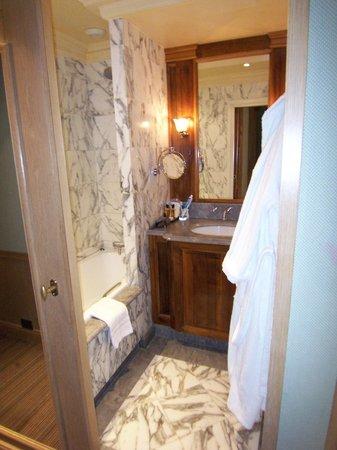 Chambiges Elysees Hotel: Suite 306 bathroom - great towel warmer