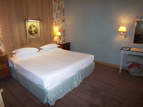 Chambiges Elysees Hotel : Suite 306 bedroom without the decorative bedspread