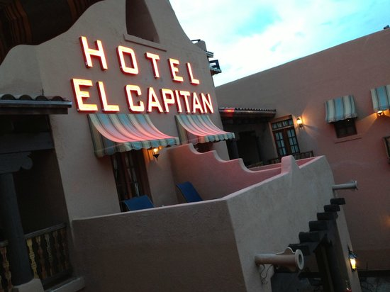 Hotel El Capitan: Night view of hotel sign