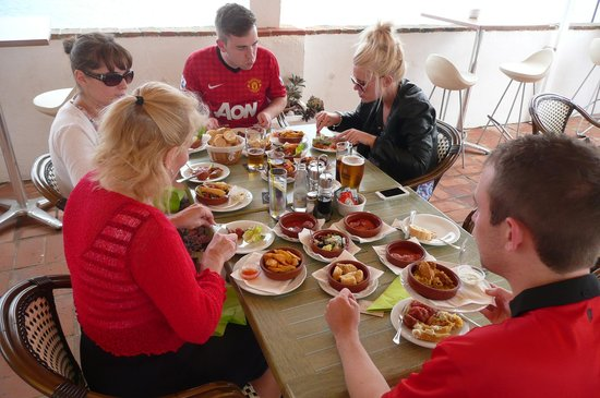 The Lounge at Pinoccios: Family Feast in the Sun