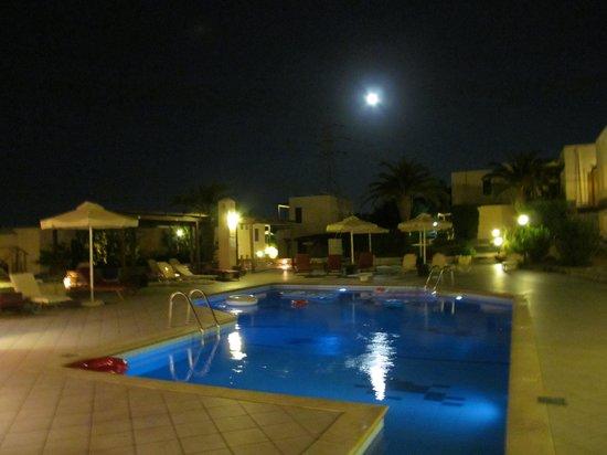 Ida Village I&II: Центр отеля в ночное время