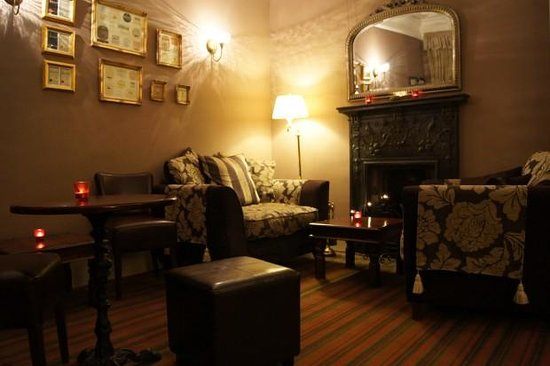 The Cluny Bank Hotel: cozy bar & lounge.