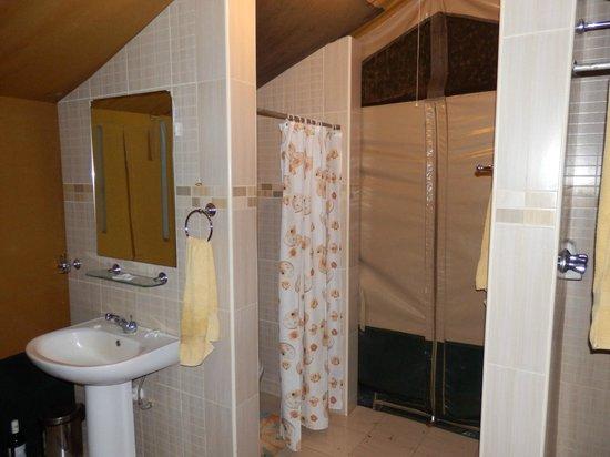 03/2013, Ndololo Camp, Tsavo East, Hauszelt, links Waschbecken und Toilette, rechts Duschkabine