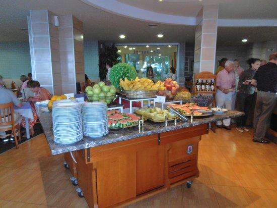 LTI Neptun Beach Hotel: immer frisches Obst und Leckere Törtchen