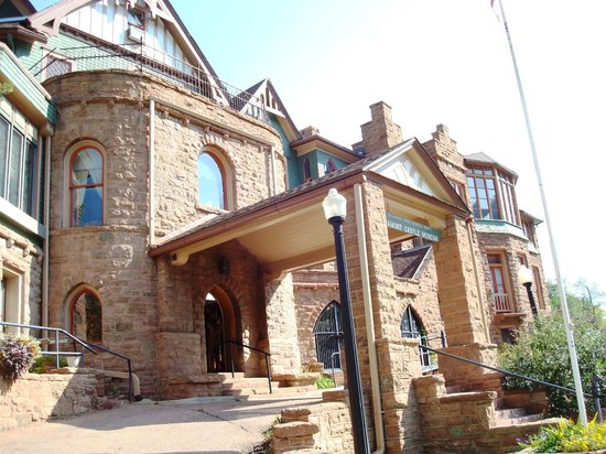 Miramont Castle Museum: Outside