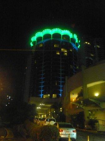 Plaza Paitilla Inn: El hotel iluminado por las noches