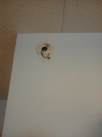 Rodeway Inn & Suites: Exposed wires where the smoke alarm should be.