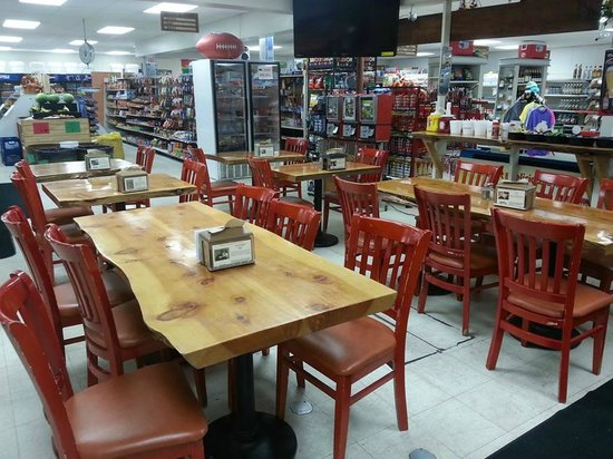 Idyllwild Village Market, Deli & Pizzeria: Our deli seating looking into the market