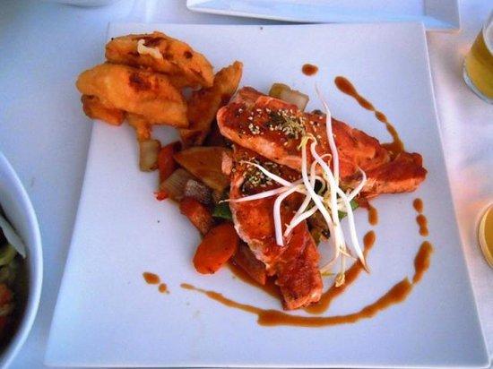 Noa Restaurant : Lachs auf Sojagemüse und Süsskartoffel Tempura