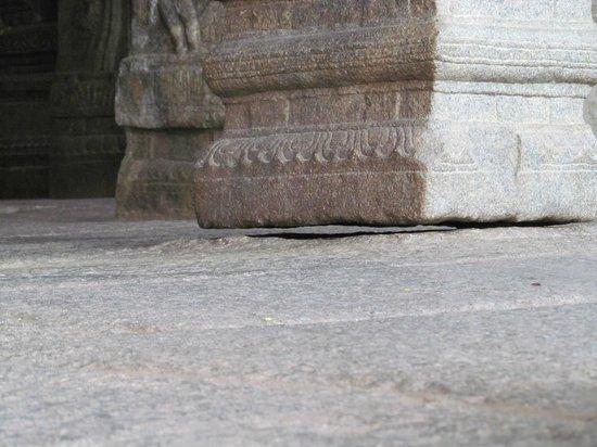 Lepakshi, الهند: Mysterious Hanging Pillar !!