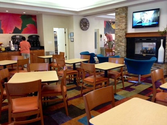 Fairfield Inn & Suites by Marriott, San Jose Airport: One section of the breakfast room (it extends beyond the TV)