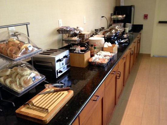 Fairfield Inn & Suites by Marriott, San Jose Airport: Breakfast selections (eggs, sausage, bagels, etc)