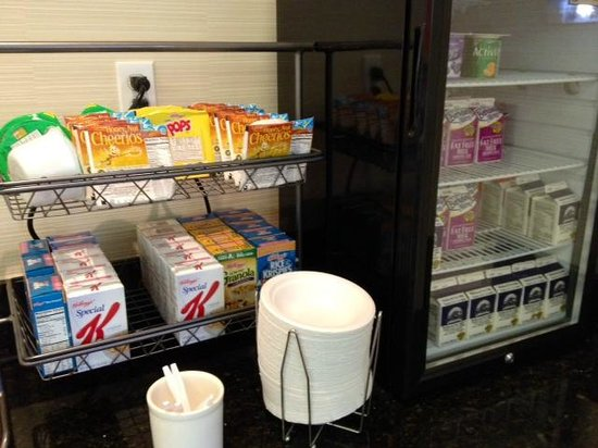 Fairfield Inn & Suites by Marriott San Jose Airport: Breakfast selections (cereal, milk, yogurt, etc)