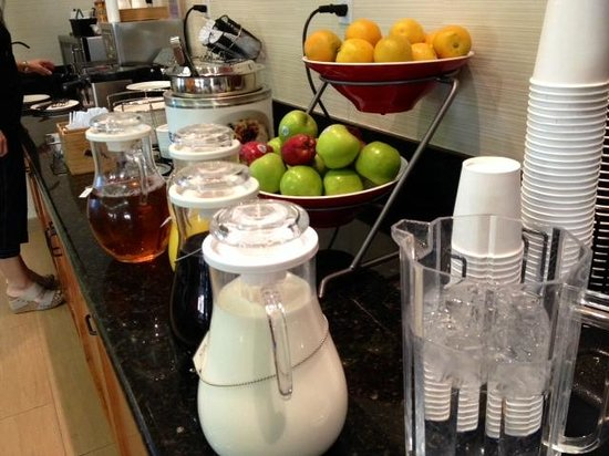 Fairfield Inn & Suites by Marriott San Jose Airport: Breakfast selections (juice, coffee, tea, fruit, waffles, etc)