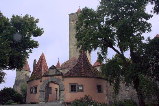 Burgtor und Burg: burgtor