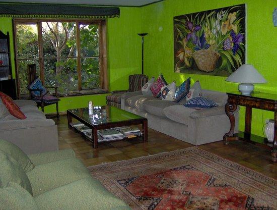 Magda House: Living room  con piano