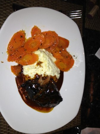 Cola's Restaurant : Braised short ribs with carrots and grits