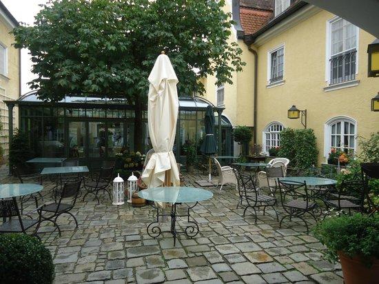 Hotel Gutsgasthof Stangl: Outside hotel enterence