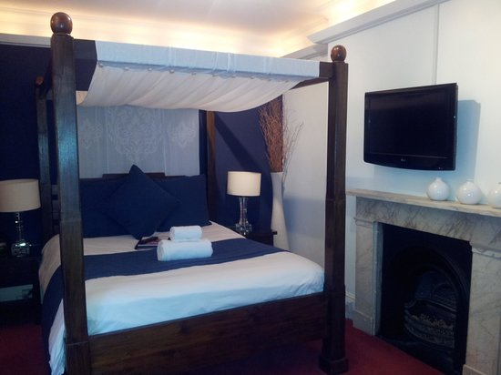 Cavalaire Hotel: Stunning four poster bed in room 7!