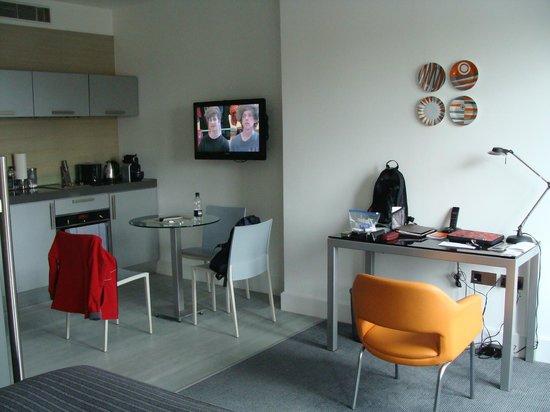 Templeton Place Aparthotel: Area de comedor, se ve un escritorio al lado