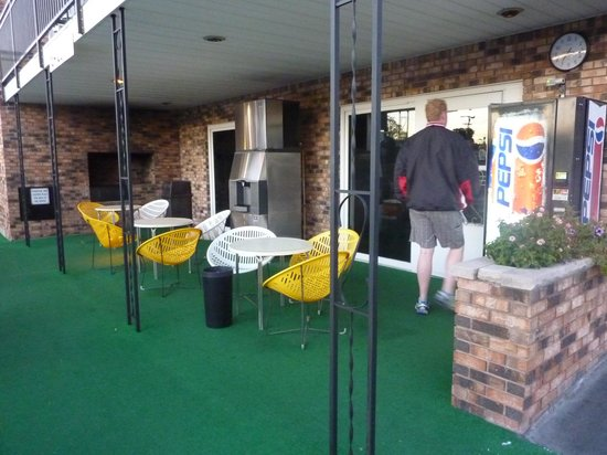 Black Hawk Motel & Suites: another grill, seting area and laundry room