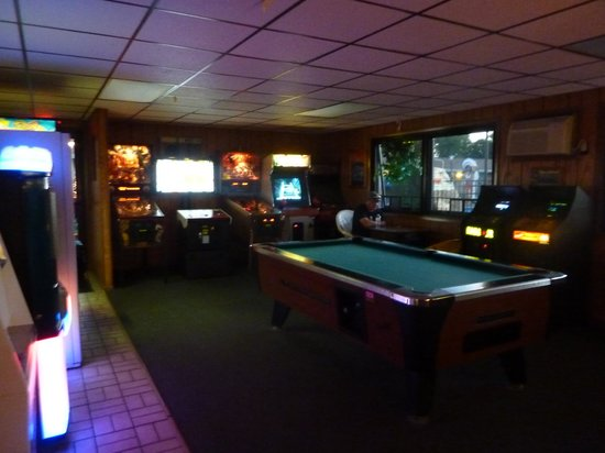 Black Hawk Motel & Suites : game room