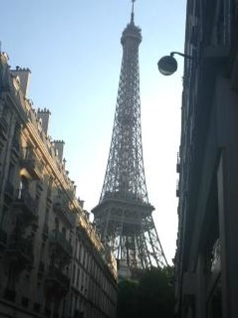 Au Bon Accueil: Eiffel Tower from outside dining table