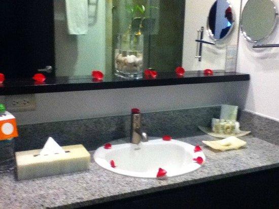 Stadía Suites: Baño DECORADO