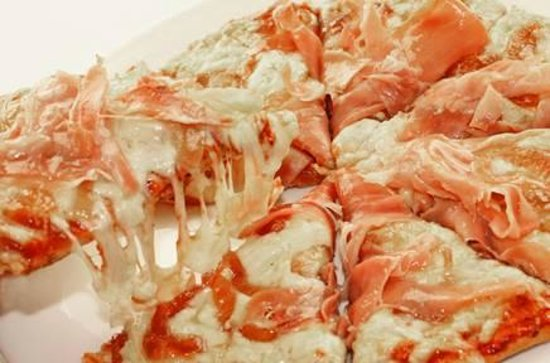 Holapues Pizzas & Tapas bar: Prosciutto & caramelized onions pizza