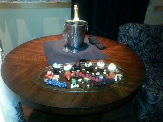 The Iron Horse Hotel : Champagne and sweets awaiting our arrival