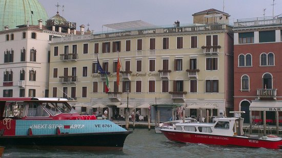 Hotel Carlton on the Grand Canal: View from canal
