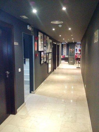 Hotel Acta BCN 40: Corridoio per la sala colazione buffet