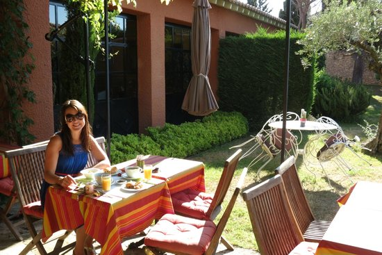 Castillon des Baux : breakfast in garden