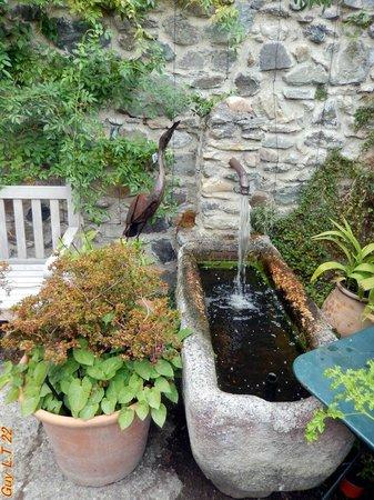 Fontaine auge du jardin des 5 sens à Yvoire: le Jardin des Cinq ...