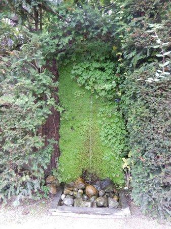 Une des nombreuses fontaines du jardin des cinq sens..