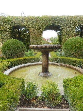Une des nombreuses fontaines du jardin des cinq sens.. - Photo de ...