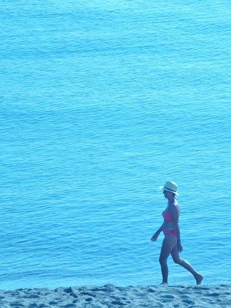 Hostal Spa Empuries: beach stroll