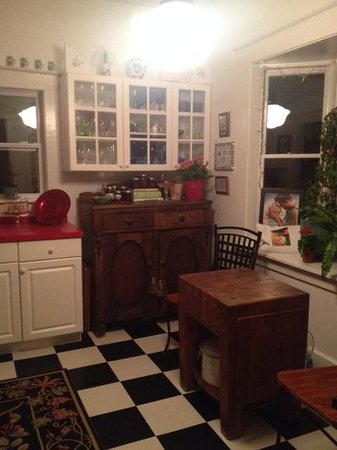 Lois Jane's Riverview Inn: Part of the homey kitchen
