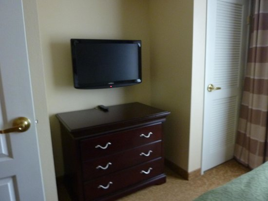 Country Inn & Suites By Carlson, Red Wing: tv in bedroom