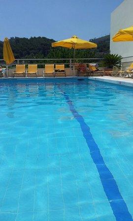 Blue Sea: Вид с барных стульев в бассейне.