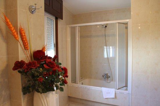 Pension O Meson Novo: baño con bañera