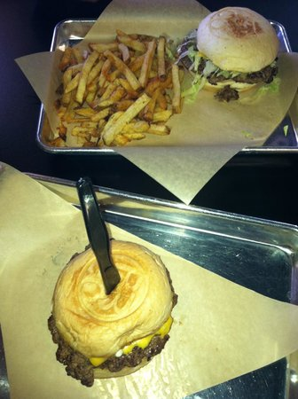 Branded Burger Co: plain and Chesseburger